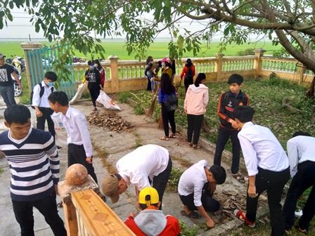 Đoàn trường THPT Thái Phiên tổ chức lao động tình nguyện và lễ kết nạp trao thẻ đoàn viên tại Khu tưởng niệm Bàu Bàng